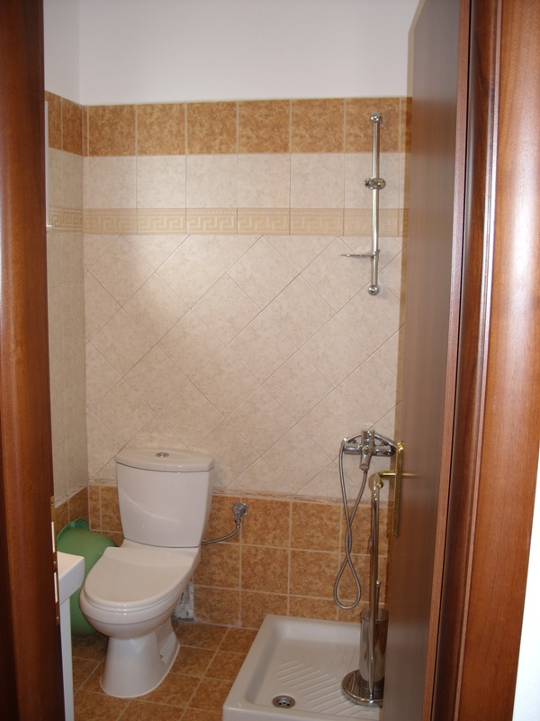 vila-tasos-nea-vrasna-toalet